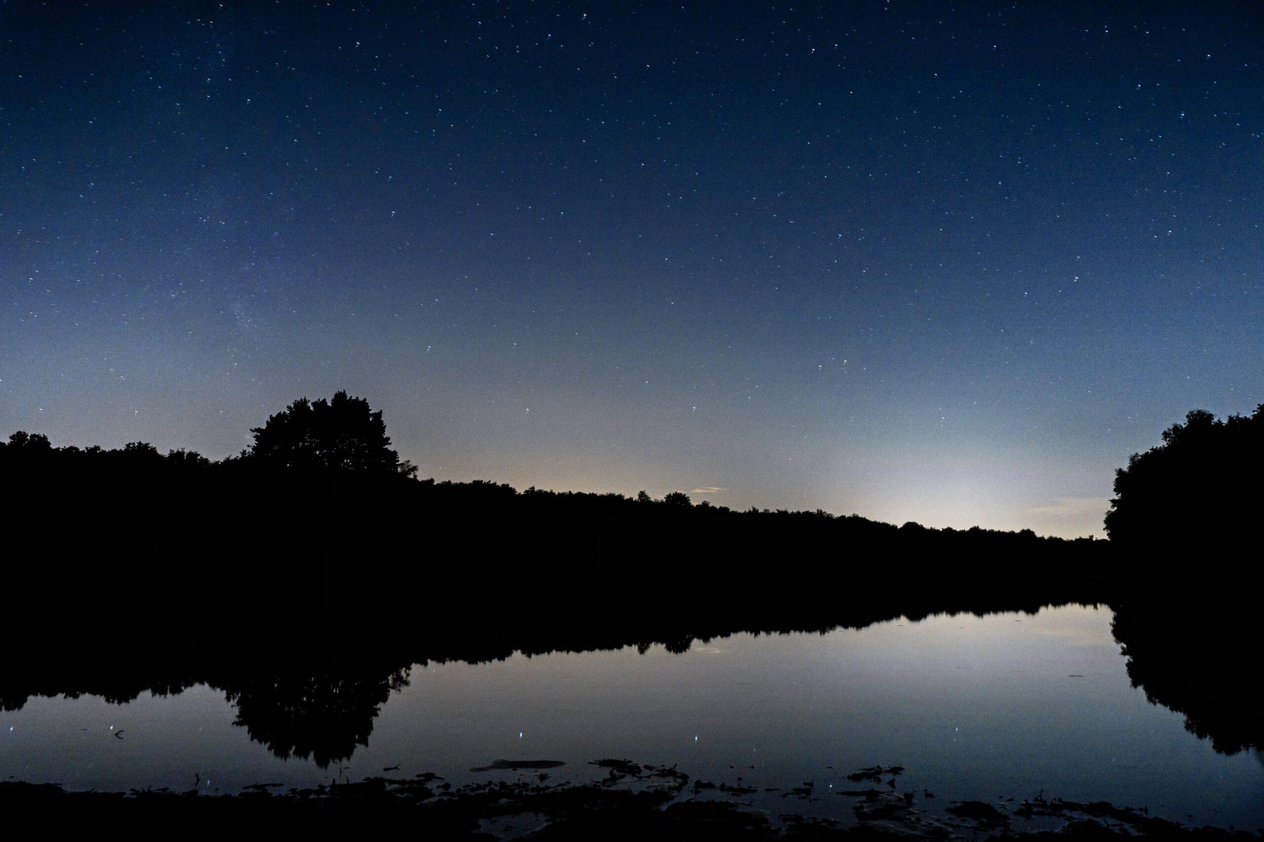 Drunens meer in de nacht met sterren